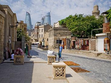 باکو آذربایجان ، نمای برج های شعله از درون ایچری شهر